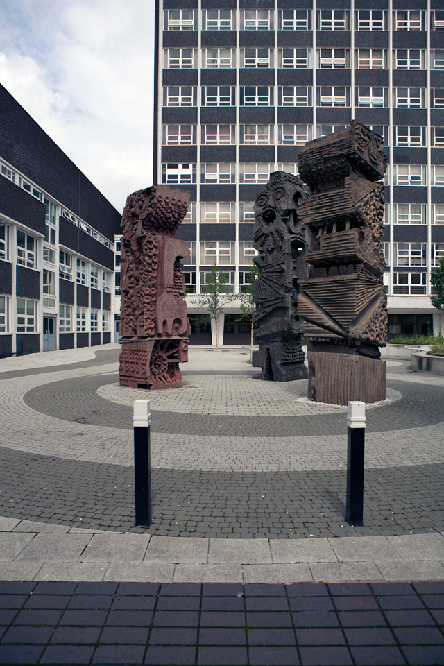Minut Men sculpture by William Mitchell in courtyard of college.